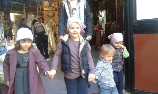 lapsia kirkossa