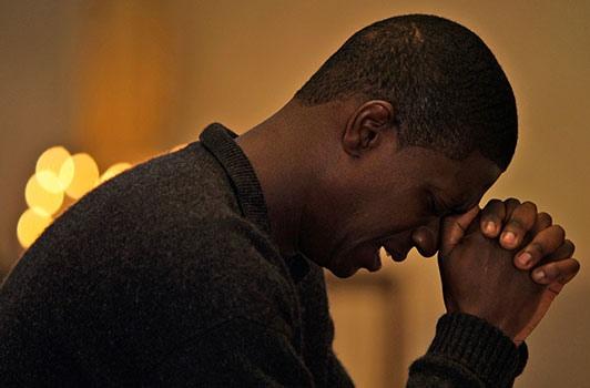Emmanuel Charrie (David Baïot) joutui ensimmäisen kauden lopussa rastavaan ristiriitaan rakkauden ja kutsumuksen välillä. (Kuva/Photo: Arte.tv)
