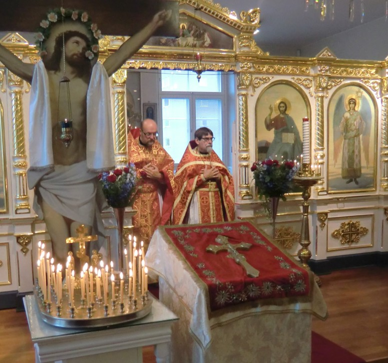 Helenan vanhainkodin kirkossa liturgiaa toimittamassa isä Timo Soisalo ja taustalla isä Kalevi Kasala. (Kuva/Photo: Hellevi Matihalti)