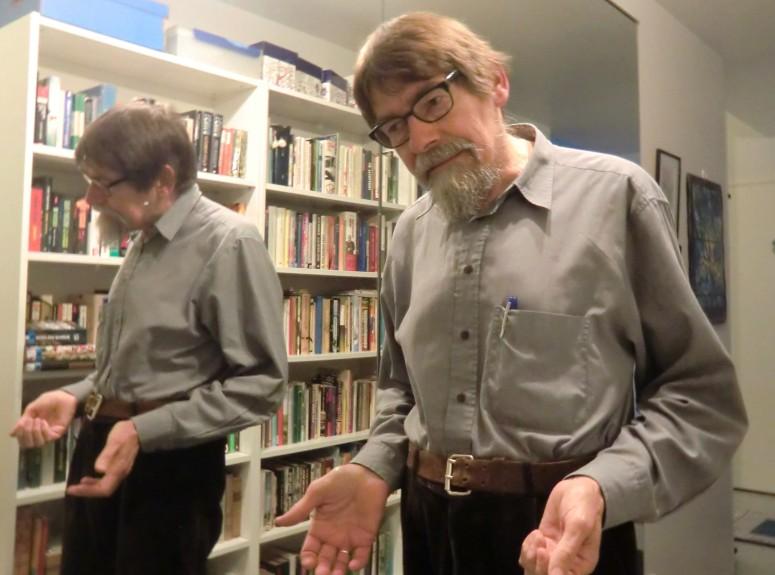 Marraskuiten teehetki on päättynyt ja isä Timo on lähdössä kotiin. Myös hän on varsinainen bibliofiili, vaikkei ytässä olekaan oman kirjahyllynsä edessä. - (Kuva/Foto: Hellevi Matihalti)