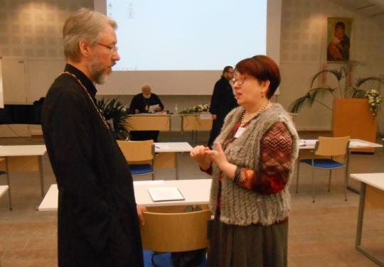 Lakivaliokunnan jäsen isä Markku Toivanen ja hallintovaliokunnan puheenjohtaja Ritva Bly keskustelivat istuntotauolla. (Kuva/Photo:Aristarkos Sirviö)