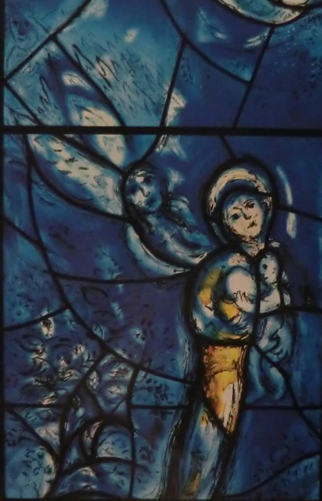 (Kuva/Photo: Maria ja lapsi. Marc Chagallin lasimaalaus St. Stephenin kirkossa Mainzissa.)