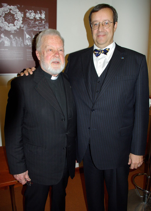Viron presidentti Toomas H. Ilves halusi samaan kuvaan isä Vellon kanssa 2007 Suomen itsenäisyyden 90-vuotisjuhlaseminaarin jälkeen, jossa isä Vello luennoi Suomen-poikien historiasta. (Kuva/Photo: Aristarkos Sirviö)