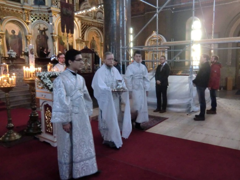 Teofanian juhlaliturgia on alkanut, ja alidiakoni Juuso Vola saapuu alttarista piispan luo. (Kuva/photo: Hellevi Matihalti)