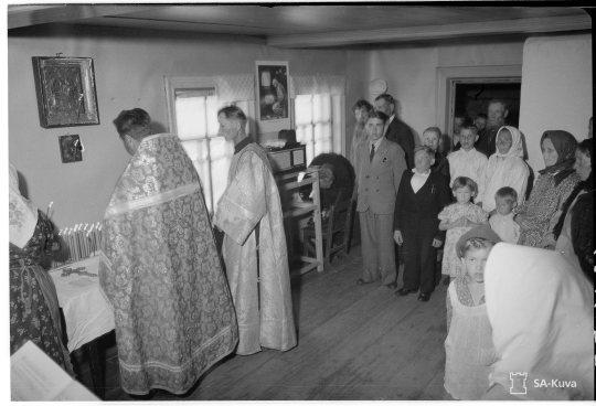 """""""Kylän kirkon ovat bolsevikit hävittäneet, mutta jumalanpalvelus voidaan kuitenkin suorittaa kansakoululla. Soutjärvi, Metsäntaka 1943.06.24"""" (Kuva/Photo: SA-kuva )"""