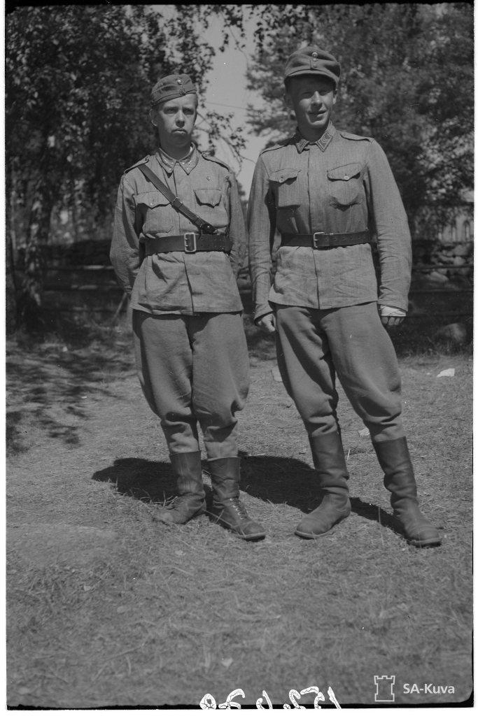 """""""Sot.virk. Boström ja kersantti P.Shirokoff 11.Ttus.K. Karjalan kannas 1944.07.18"""" (kuva/photo: SA-kuva)"""