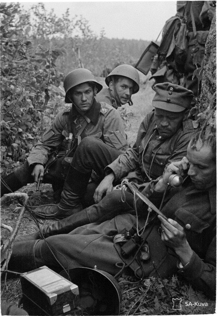"""""""Kapteeni Kivelä, luutnantti Pössi ja luutnantti Herva. 2 AK/18 Div. Lankila 1941.07.30"""" (Kuva/Photo:SA-kuva )"""