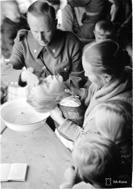 """""""Tienhaara. Kaste ja ehtoollistilaisuus inkeriläisille. Viipuri 1941.09.13"""" (Kuva/Photo: SA-kuva )"""