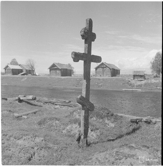 """""""Alkukesän maisemia: Risti ja rakennuksia. Koskelan kylä, Aunus 1942.06.05"""" (Kuva/Photo: SA-kuva )"""
