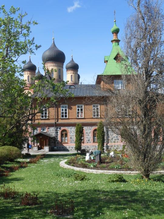 Jumalansynnyttäjän kuolonuneen nukkumisen muistolle pyhitetty luostari sijaitsee Narvamaalla Itä-Virossa. Luostari perustettiin Kuremäen kylässä olevalle korkealle mäelle vuosina 1892-1895. Kerrotaan, että 1600–luvulla paimenille ilmestyi mäellä Jumalansynnyttäjä. Ilmestyksen jälkeen löytyi paikalla kasvaneesta tammesta ikoni. Näiden tapahtumien johdosta mäkeä alettiin kutsua pyhitetyksi paikaksi (viroksi pühtitsa). Luostari on stavropiginaalinen, eli toimii suoraan Moskovan ja koko Venäjän patriarkan alaisuudessa. Kuva/Photo: Aristarkos Sirviö