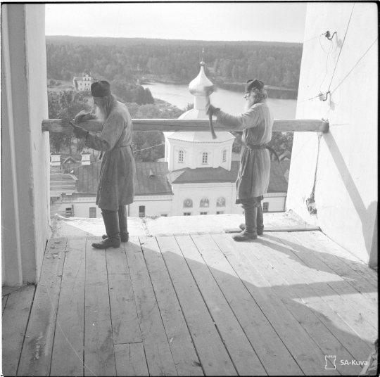 """""""Munkit Non ja Irakl korjaamassa luostarin kirkon tornin kaidetta. Valamo 1942.09.20"""" (Kuva/photo: SA-kuva)"""