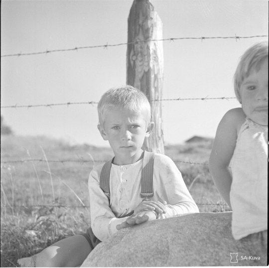 """""""Suojärven suomalaisia asukkaita. Suojärvi-Aittojoki 1941.08.18"""" (Kuva/Photo: SA-kuva)"""