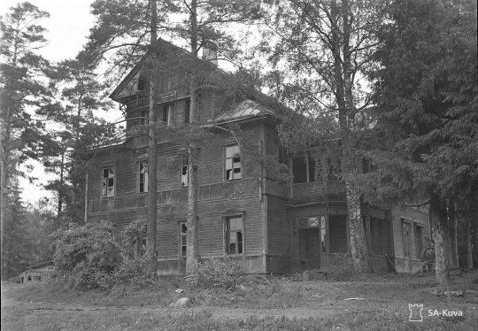"""""""Luostarin päärakennus joka on ainoa joka oli säilynyt ehjänä ulkohuonerakennuksia lukuunottamatta. Lintula 1941.08.30"""" (Kuva/Photo: SA-kuva)"""
