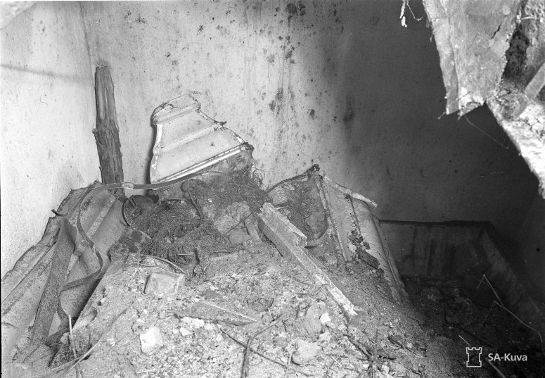 """""""Luostarin lahjoittajan ja perustajan hauta kirkon raunioissa. Tämän päällä on ollut komea ja kaunis kappeli. Lintula 1941.08.30"""" (Kuva/Photo: SA-kuva)"""