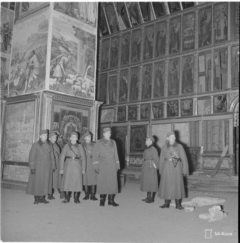 """""""Kenttäpiispa ja sotilaspastorit luostarissa. Syväri 1941.10.20"""" (Kuva/Photo: SA-kuva)"""