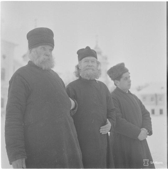 """""""Konevitsan luostarin munkkeja. Konevitsa 1942.02.14"""" (Kuva/Photo: SA-kuva)"""