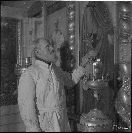 """""""Vepsäläinen pappi perheineen. Bolshevikkikomennon aikana hän työskenteli kivilouhimossa. Ruoppoja 1941.01.05"""" (Kuva/Photo: SA-kuva)"""