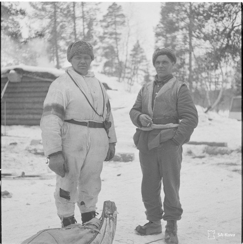 """""""Poromiehet (koltat) Pekka ja Olli Semenoff. Kukkesjaur (Petsamo) 1942.04.13"""" (Kuva/Photo: SA-kuva)"""