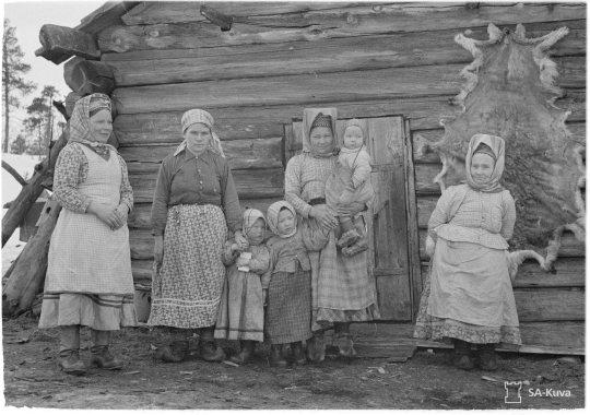 """""""Koltta kasvoja. Nautsi,Suonikylä 1942.04.15"""" (Kuva/Photo:SA-kuva)"""