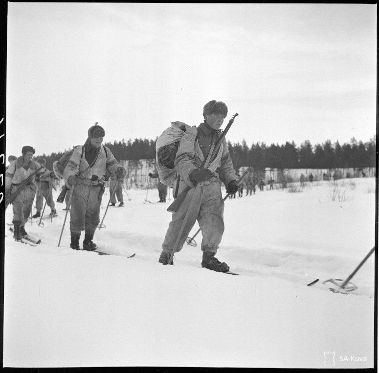 """""""Komppania suksilla kolttain mailla. Lutto, Kukkisjärvi 1942.04.24"""" (Kuva/Photo: SA-kuva)"""