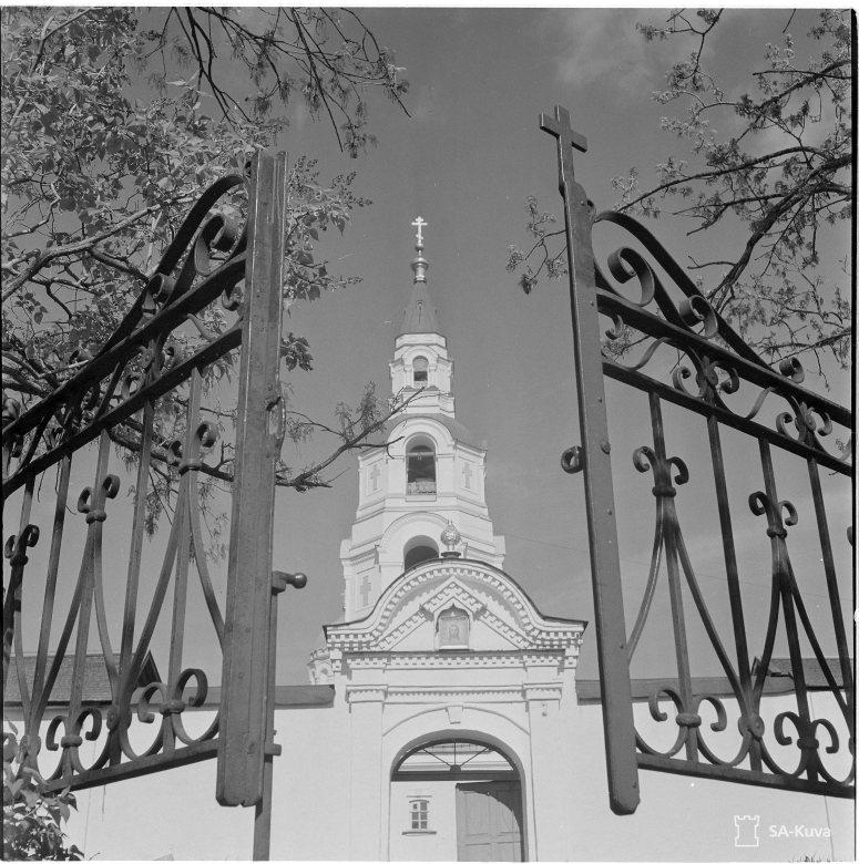 """""""Läntinen portti ja Kirkastuskirkon torni. Valamo 1942.06.10"""" (Kuva/photo: SA-kuva)"""