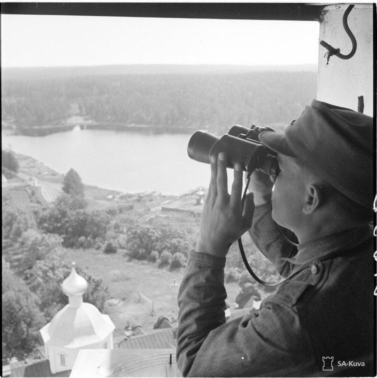 """""""Valamon luostarin Kirkastuskirkon tornissa ilmanvalvonta vartiomies antaa hälytyksen viholliskoneista. Valamo 1942.07.06"""" (kuva/Photo: SA-kuva)"""