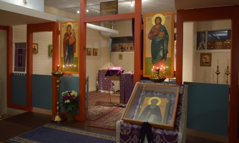 Kappeeliin oli juuri metropoliitta Tihonin vierailun alla saatu ikonostaasiin kaksi uutta Liisa Louhion maalaamaa ikonia. (Kuva/Photo: Aristarkos Sirviö)