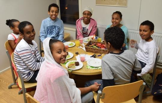 Eritrealaisten kuorossa laulaneet lapset nauttivat iltapalan lastenhuoneessa ja vakuuttivat että oli kivaa esiintyä metropoliitta Tiihonille. (Kuva/Photo: Aristarkos Sirviö)