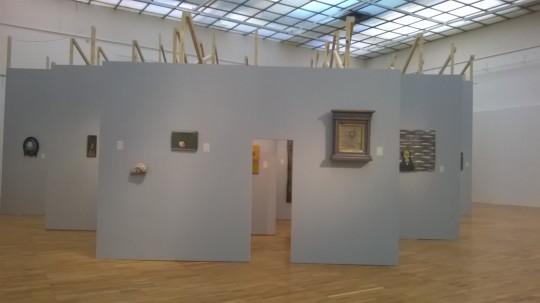 Käännetty perspektiivi -näyttelyn ripustus muistuttaa taloa tai ikonostaasia. (Kuva/Photo: Elina Kahla)