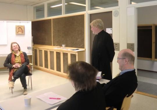 Teologian tohtori Sini Hulmi ja metropoliitta Ambrosius. Kuvassa myös seminaariin osallistunut Eero Hakamies. (Kuva/Photo: Hellevi Matihalti)