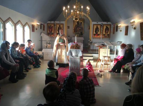 Isä Ville on tottunut liikkumaan laajassa seurakunnassa – Vaasan seurakuntaan kuuluu myös Lapua, jonka Pyhän Serafim Sarovilaiselle pyhitetyssä rukoushuoneessa toimitetaan palveluksia varsin säännöllisesti. (Kuva/photo: Eetu Sillanpää)