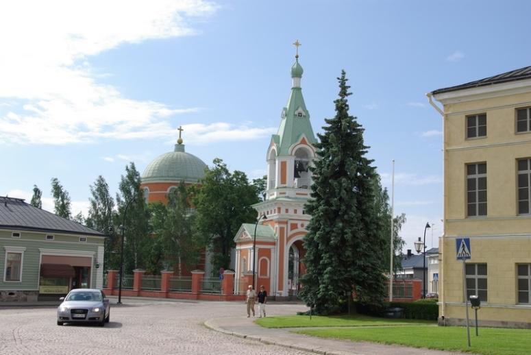 Apostolien Pietarin ja Paavalin kirkko on keskellä Haminan kaupunkia. (Kuva/Photo: Aristarkos Sirviö)