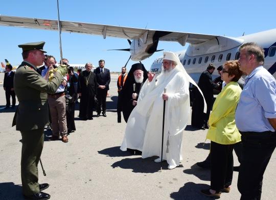Romanian patriarkka Daniel saapui Hanian lentokentälle 16.6. Häntä olivat vastaanottamassa muun muassa Kreetan arkkipiispa Ireneos. (KUVA/PHOTO:© Dimitrios Panagos) PHOTOS: © GOA/DIMITRIOS PANAGOS