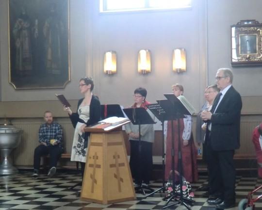 Kuoroa johti seurakunnan kanttori Laura Aho. Kuvassa vasemmalla. ( Kuva/photo: Hellevi Matihalti )