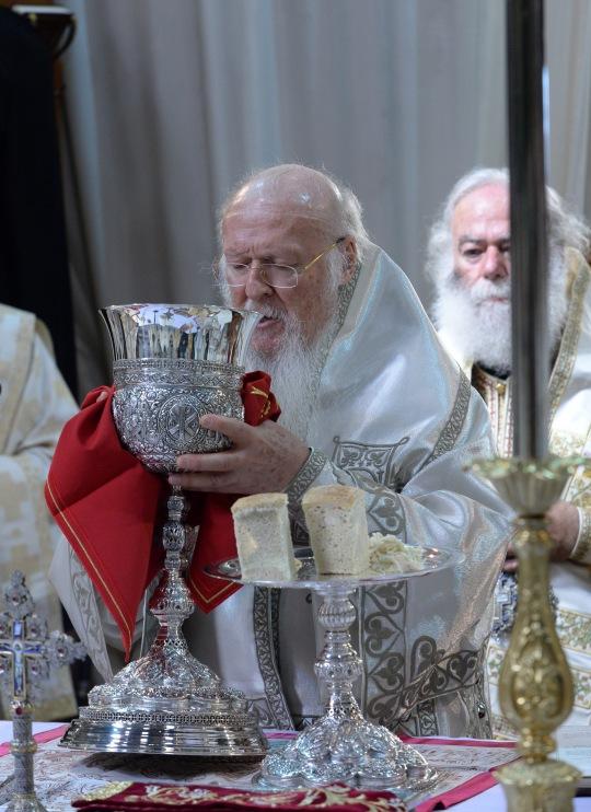 Ekumeeninen patriarkka Bartolomeos toimitti ehtoopalveluksen Pyhän Tiitusen katedraalissa 18.6. (KUVA/PHOTO:© Dimitrios Panagos)