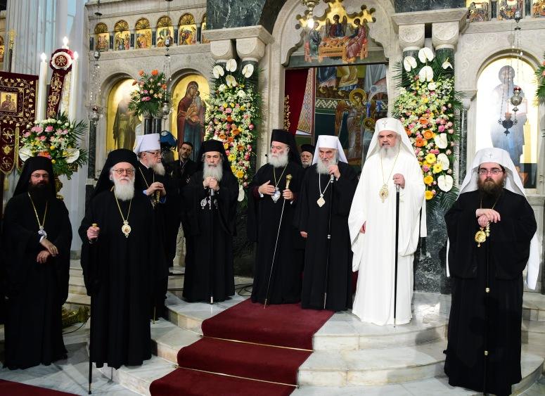 Liturgian jälkeen liturgian toimittaneet piispat yhteiskuvassa. (KUVA/PHOTO:© Dimitrios Panagos)
