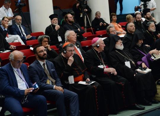 Pyhän ja Suuren Synodin kokousta seuraamaan saapuneita trakkoilijoita. Kuvassa takarivissä keskellä Euroopan kirkkojen konferenssin pääsihteeeri isä Heikki Huttunen. (KUVA/PHOTO:© Dimitrios Panagos)