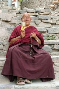 Budhalainen munkki Thaimaasta rukousmyllyn ja rukousnauhan kera. (Kuva/Photo: gillank.wordpress.com )