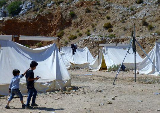 IOCC auttaa Syyrian sotaa paenneita Kreikan saaristossa järjestämällä heille muun muassa ruokaa ja makuualustoja. (Kuva/photo: IOCC)