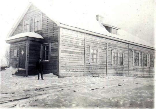 Vieksin koulu Kuhmossa, jossa Maria Iltola työskenteli opettajana 1950 – 1952. Kuva on paljon varhaisemmalta ajalta, todennäköisesti vuodelta 1928, jolloin koulu on ollut aivan uusi. Rakennus on edelleen olemassa ja yhdistyskäytössä. (Kuva/photo: Kuhmon museon kuvakokoelma)