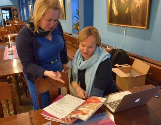 Filantropian projektipäällikkö Minna Rasku (oikealla) esitteli Ortodoksisten Nuorten Liiton (ONL) toiminnanjohtaja Maria Kauppilalle uutta seinäkalenteria viime vuoden marraskuussa kirkolliskokouksen yhteydessä Valamon luostarissa. Kalenteri on myynnissä myös ONL:n verkkokaupassa. (Kuva/photo: Aristarkos Sirviö)