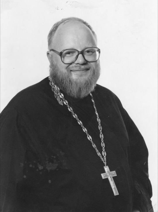 Isä Henrik Holländer sai traagisesti surmansa bussionnettomuudessa 17.4.1999. Suuri joukko Lahden seurakuntalaisia oli pyhiinvaellusmatkalla Valamon luostariin, kun tapahtui Heinolassa. Isä Henrik oli syntynyt Pohjanmaalla ruotsinkieliseen perheeseen 13.12.1946. Hän oli aloittanut teologiset opintonsa Åbo Akademissa, mutta ortodoksiseen kirkkoon liittämisen jälkeen hän aloitti ortodoksisen teologian opinnut vuonna 1979 Kuopion pappisseminaarissa, josta valmistui vuonna 1983. (Kuva/photo: Ilkka Soinin kuva-arkisto)