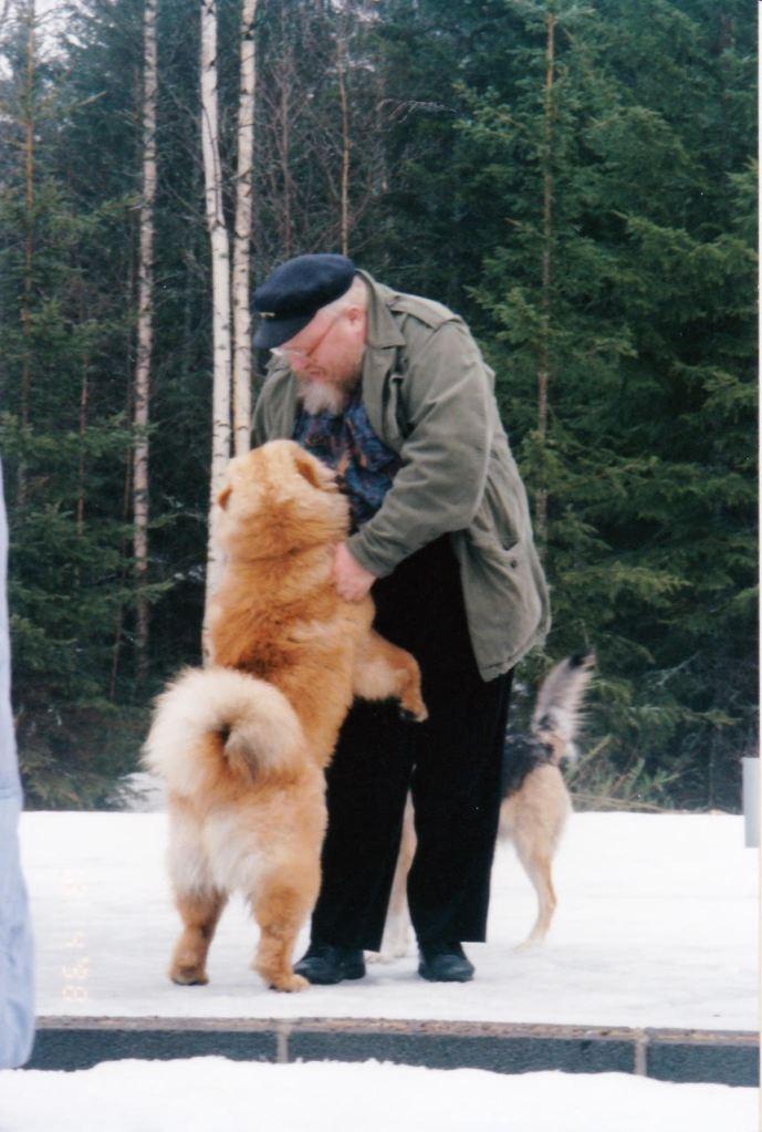 Isä Henrik koiransa kanssa. Kirsti-puolison lisäksi Figaro-koira jäi myös suremaan isä Henrikiä samoin kuin muut omaiset ja seurakuntalaiset. Erityisen suuri menetys isä Henruikin kuolema oli hänen rippilapsilleen. (Kuva/Photo: Ilkka Soinin kuva-arkisto)