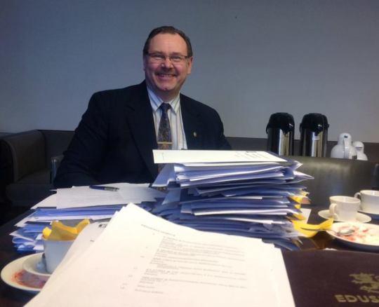 Kansanedustaja Reijo Hongisto hallintovaliokunnan kokouksessa. (Kuva/photo: Hongiston Facebook -sivusto)