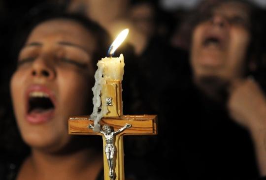 Koptikristittyjä rukoilemassa Kairossa.