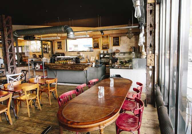 Kahvila, jossa ei näy asiakkaita tai Hietalan rouvaa.